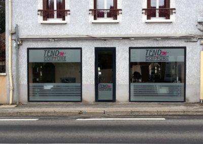 Marquage adhésif -numérique vitrine coiffeur dans le Rhône pour Tend'M par SES (Grigny - Lyon)