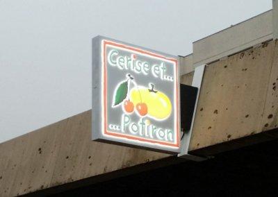 Votre enseigne à Lyon: Enseigne lumineuse Drapeau- caisson double-face pour Cerise et Potiron ( Annecy 74000) par SES Grigny (Lyon)