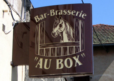 Enseigne lumineuse Drapeau- caisson double-face pour Bar Brasserie ( Haute Loire 43) par SES Grigny (Lyon)