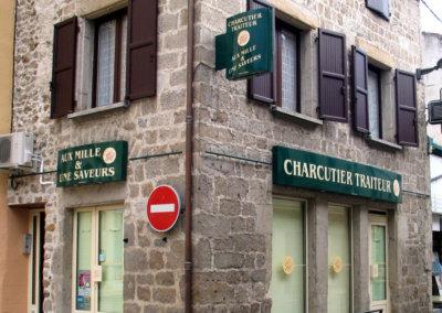 Votre enseigne à  Lyon: Enseigne lumineuse avec caisson de façade et Drapeau pour Charcuterie Traiteur (Haute Loire 43)  par SES(Grigny dans le Rhône)