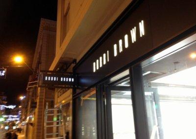 Votre enseigne à Lyon: Enseigne lumineuse avec caisson de façade pour Bobbi Brown (Cannes 06400) par SES Grigny-Lyon