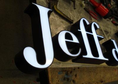 Vos enseignes lettres relief à Lyon: Enseigne lumineuse avec lettres en relief pour Jeff de Bruges par SES Grigny -Lyon