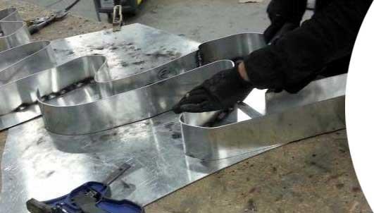 Fabrication d'une lettre boîtier pour enseigne lumineuse par SES à Grigny (proche Lyon)