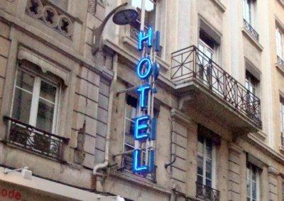 Vos enseignes néons à Lyon: Enseigne lumineuse à Lyon avec néons pour l'Hotel Azur Lyon 2ème