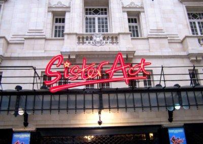 Vos  enseignes néons à Lyon: Enseigne lumineuse en néon pour la comédie musicale Sister Act (théâtre MOGADOR Paris 9ème) par SES (Grigny-Lyon)