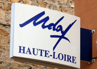 Votre enseigne à Lyon: Enseigne lumineuse Drapeau - caisson double-face fabriqué dans le Rhône pour Mdaf de Haute-Loire (43)