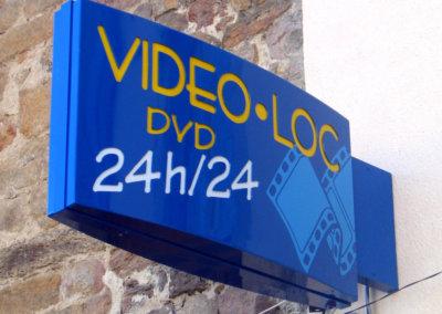 Votre enseigne à Lyon: Enseigne lumineuse Drapeau - caisson double-face, fabrication à Lyon-Grigny, pour Video-Loc ( Haute Loire 43)