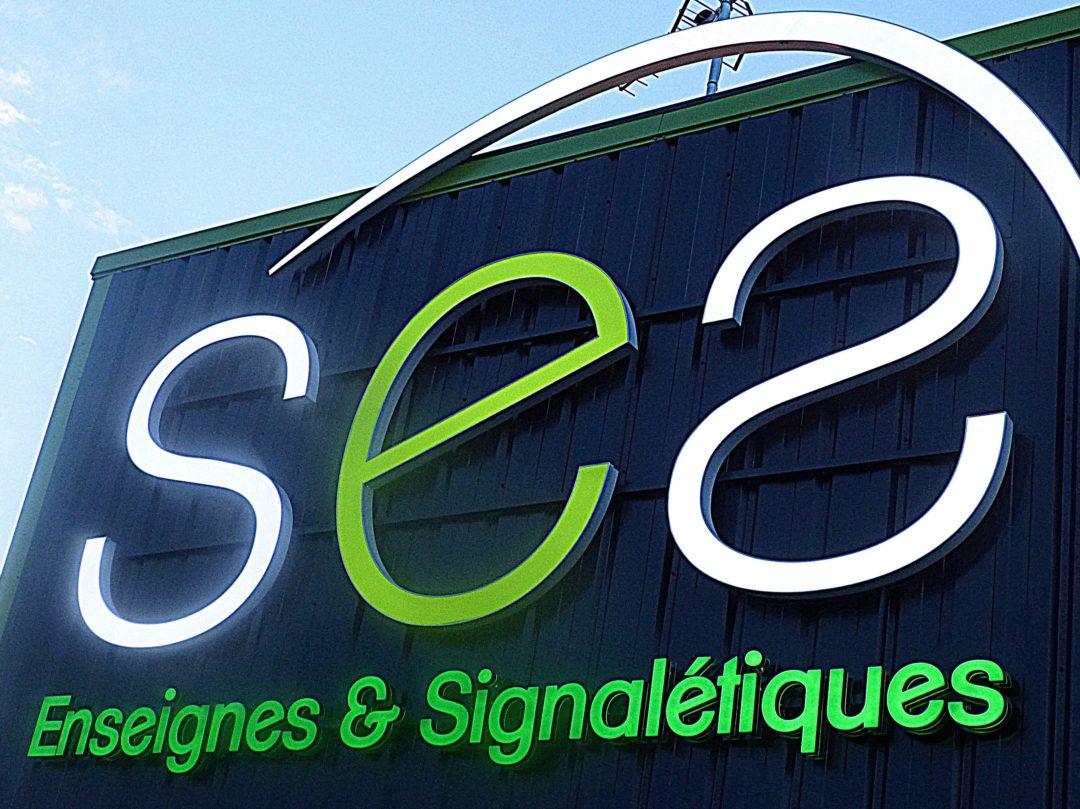 SES (Services Enseignes Signalétiques) avec sa nouvelle enseigne en PMMA rétro-éclairé et bloc led rétro-éclairé à Grigny