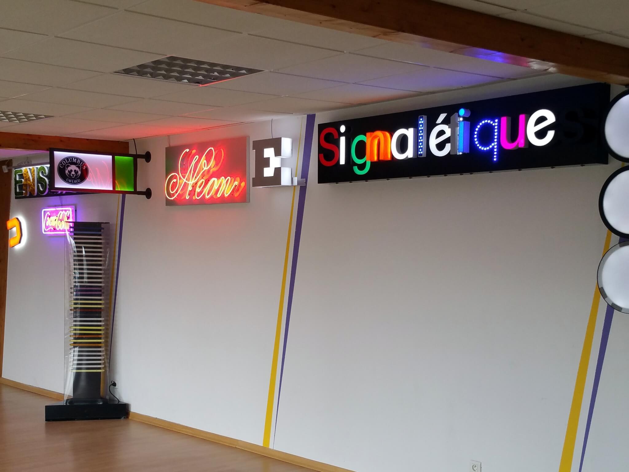 Showroom de S.E.S avec un ensemble d'enseignes et de signalétiques à Grigny (69520)