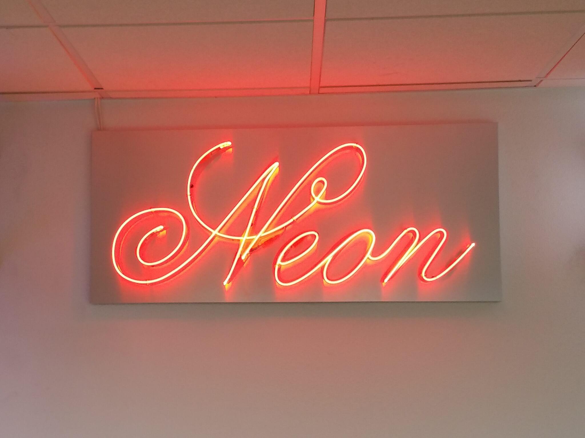 Enseigne en texte néon présentée dans le Showroom de S.E.S à Grigny (69520)