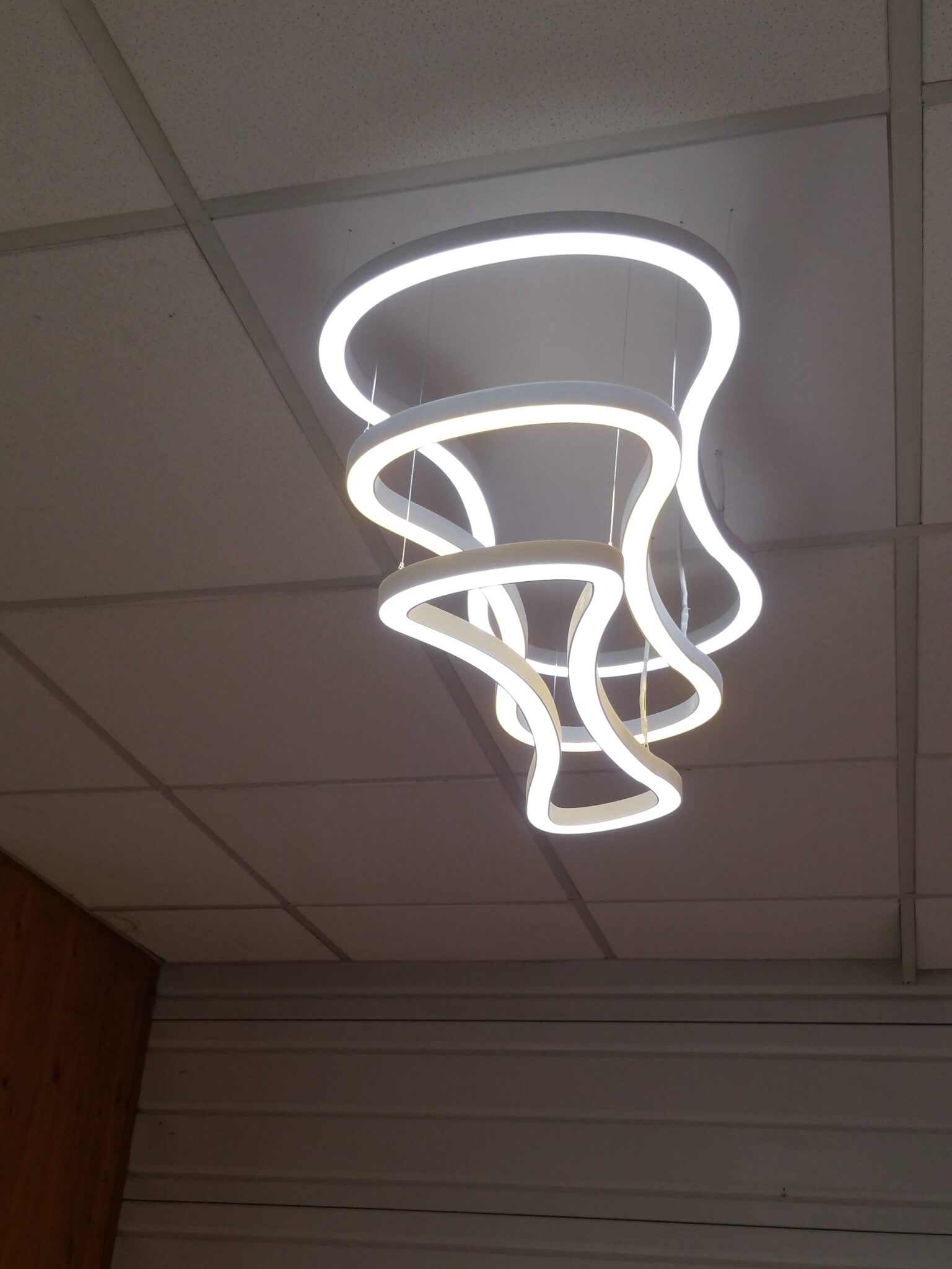 Luminaire sur mesure en PMMA et leds dans le Showroom S.E.S à Grigny (69520)