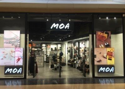 Enseigne à Lyon: pour la Boutique MOA -Caisson Simple face PMMA 30 mm blanc diffusant en saillie éclairage led intégré (Bay 2, 77090 Collegien)