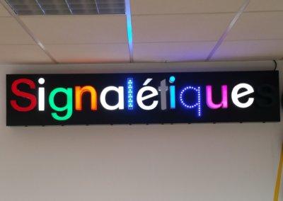 A proximité de Lyon, Enseigne avec lettres reliefs reto-éclairées, bloc led PMMA, lettres led point à point dans le showroom de S.E.S à Grigny (Rhône)