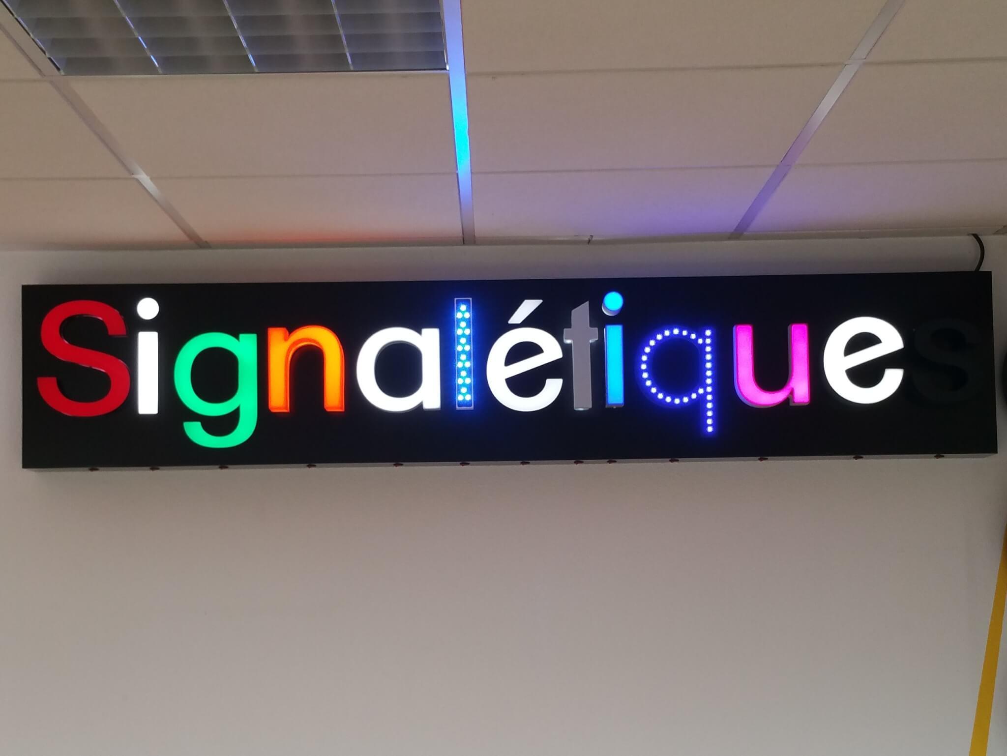 Enseigne avec lettres reliefs reto-éclairées, bloc led PMMA, lettres led point à point dans le showroom de S.E.S à Grigny (69520)