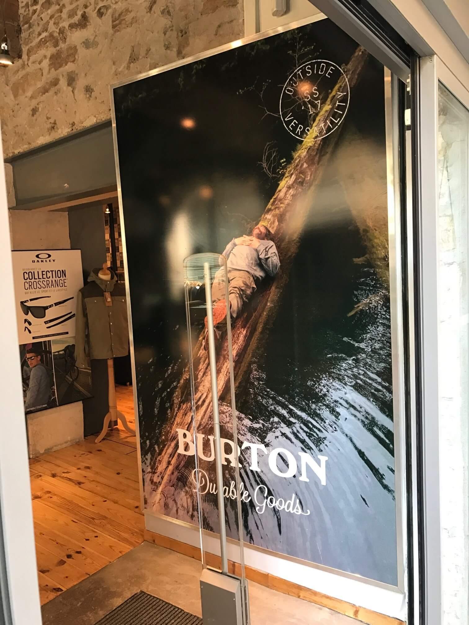 Panneau adhésif avec impression numérique pour l'entrée du magasin Addicted (Lyon 69001)