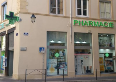 Vos enseignes à Lyon:  Enseignes lumineuses et croix de Pharmacie à Lyon pour la Pharmacie Croix Paquet (Lyon 69001)