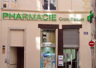 Enseignes lumineuses  à Lyon et croix de Pharmacie pour la Pharmacie Croix Paquet (Lyon 69001)