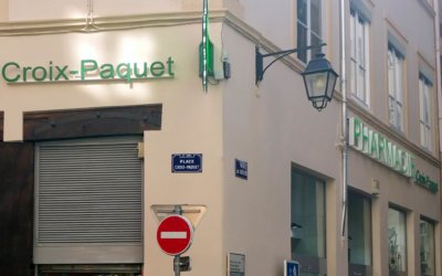 Croix de Pharmacie, enseignes lumineuses éclairage led et lettres PVC découpées pour la Pharmacie Croix-Paquet (Lyon 69001)