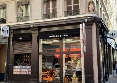 Vos enseignes à Lyon:  Caisson double face rétro éclairage led et vitrophanie à Lyon pour human Tea ( 69002 Lyon)