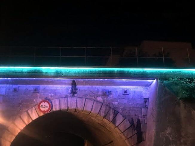 Eclairage architectural avec des tubes haute tension Pont du Bourbonnais