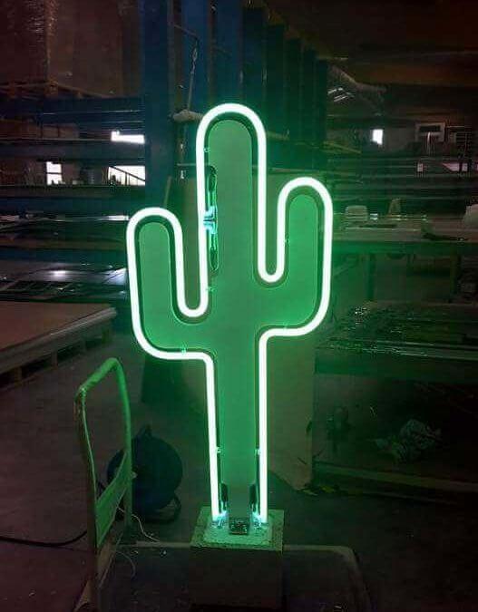 Cactus en PMMA avec silhouette néon