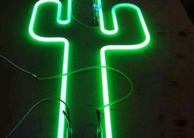 Vos enseignes néon à Lyon:  Enseigne en forme de Cactus  en  PMMA , silhouette Néon vert 18/20 par SES Grigny - Lyon
