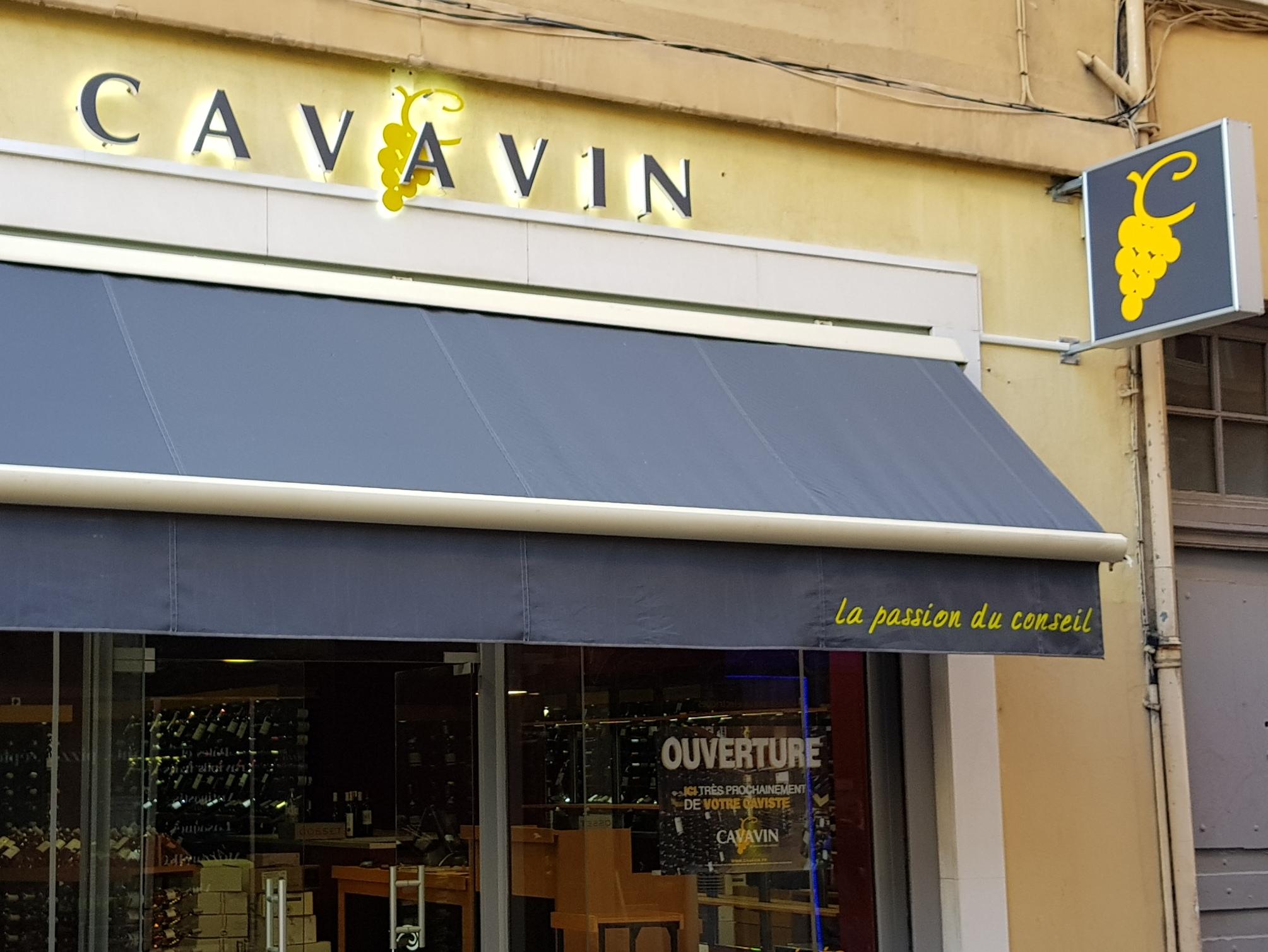 Adhésif Vitrine, Grappe CAVAVIN en aluminium 20/10ème laquée , Lettres PMMA 30 mm blanc opaque + faces adhésivées , monté sur entretoises avec rétro-éclairage led, inscription sur Lambrequin pour Cavavin (69004 LYON).