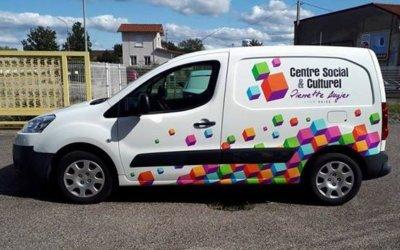 Covering 2/3 de véhicule Partner pour le Centre Social et Culturel Pierrette Augier  à Lyon – Vaise (69009 Lyon).