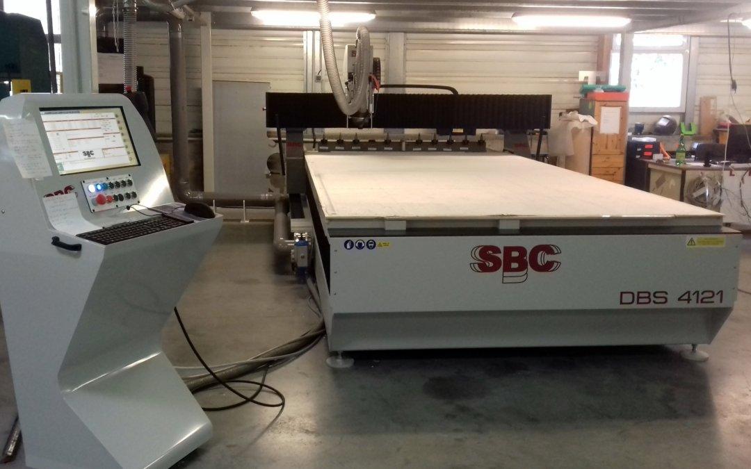 Installation de la nouvelle fraiseuse numérique dans l'atelier de production de SES – Services Enseignes Signalétiques à Grigny ( à proximité de Lyon)