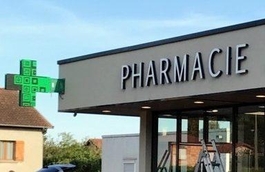 Enseignes, Croix de Pharmacie et Totem pour  La Pharmacie de la Boisse dans l'Ain à proximité de Lyon
