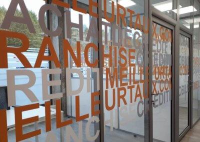 Enseigne à Vienne ( Isère) Adhésifs de vitrine - Vitrophanie fabrication et installation SES ( Grigny - Lyon) pour Meilleurtaux