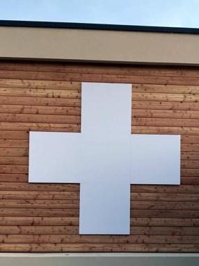 Vos enseignes à Lyon:  Habillage de façade réalisé en PVC 19 mm laqué blanc en forme de Croix pour la Pharmacie de la Boisse