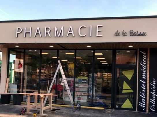 Après la fabrication, Installation enseignes , Totem et croix de Pharmacie à proximité de Lyon par SES à Pharmacie de la Boisse