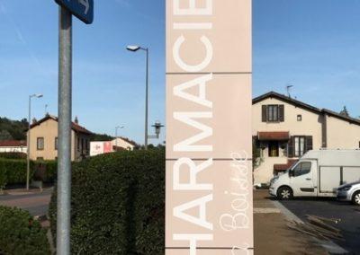 Vos enseignes à Lyon: Totem avec croix de Pharmacie intégrée proche de Lyon fabriqué et installé par SES à Grigny pour la Pharmacie de la Boisse