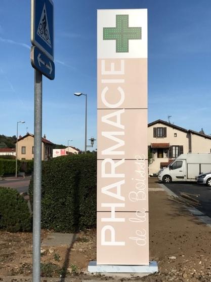 Totem avec croix de Pharmacie intégrée par SES à Grigny proche de Lyon pour la Pharmacie de la Boisse