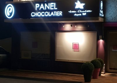 Enseigne lumineuse Lyon Grigny Eclairée-Chocolaterie Panel par SES dans le Rhône
