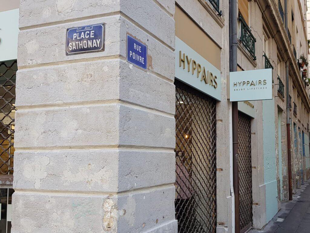 Enseignes à Lyon- Enseigne Drapeau - caisson double Faces Lyon