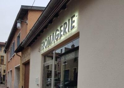 Enseignes et vitrophanie à proximité de Lyon pour Fromagerie Sourbes