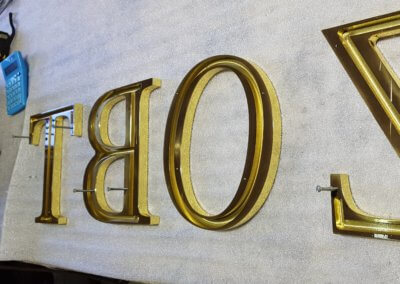 Enseigne Lumineuse rétro-éclairée Lyon - Lettres laiton