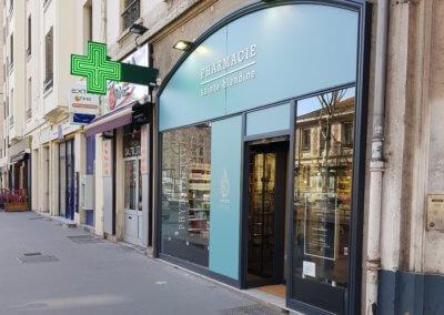 Vos enseignes à Lyon - Habillage façade adhésif et enseigne Pharmacie Lyon Sainte Blandine - Perrache