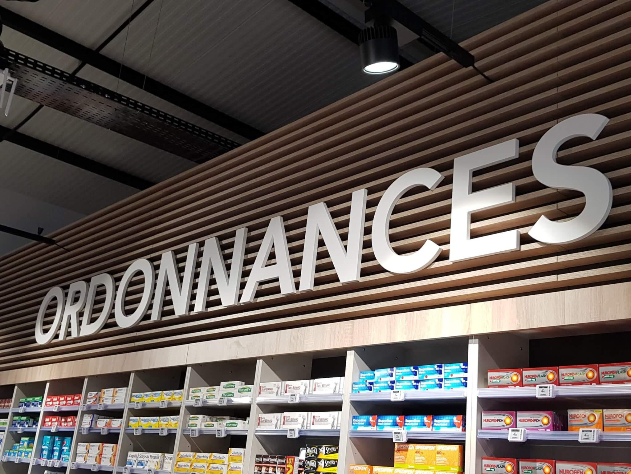 Enseignes Lumineuses - Enseigne Lettres Découpées -Croix de Pharmacie Croix de Pharmacie Les Platanes Drôme