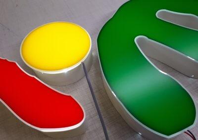 Fabrication enseigne lumineuse à Lyon- Lettres boîtiers en aluminium -éclairage led -face en PMMA