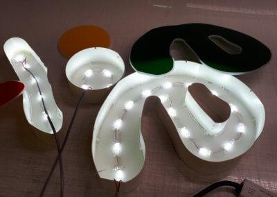 Votre enseigne à Lyon- Lettres boîtiers en aluminium laquées - éclairage led - face en PMMA
