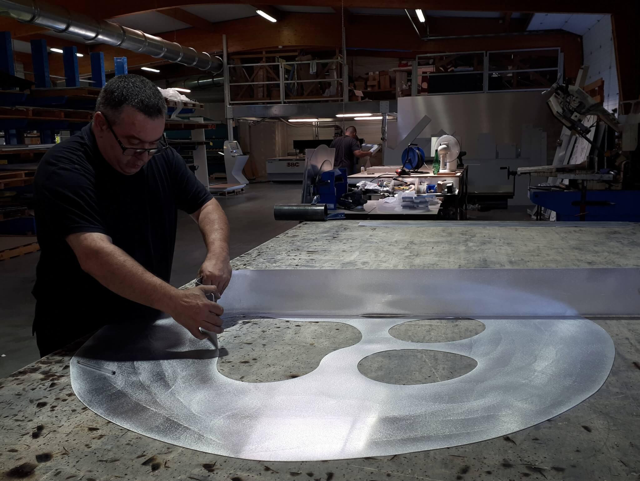Formation logo type lettre relief en acier pour enseignes lumineuses à Lyon - SES Grigny (Rhône)