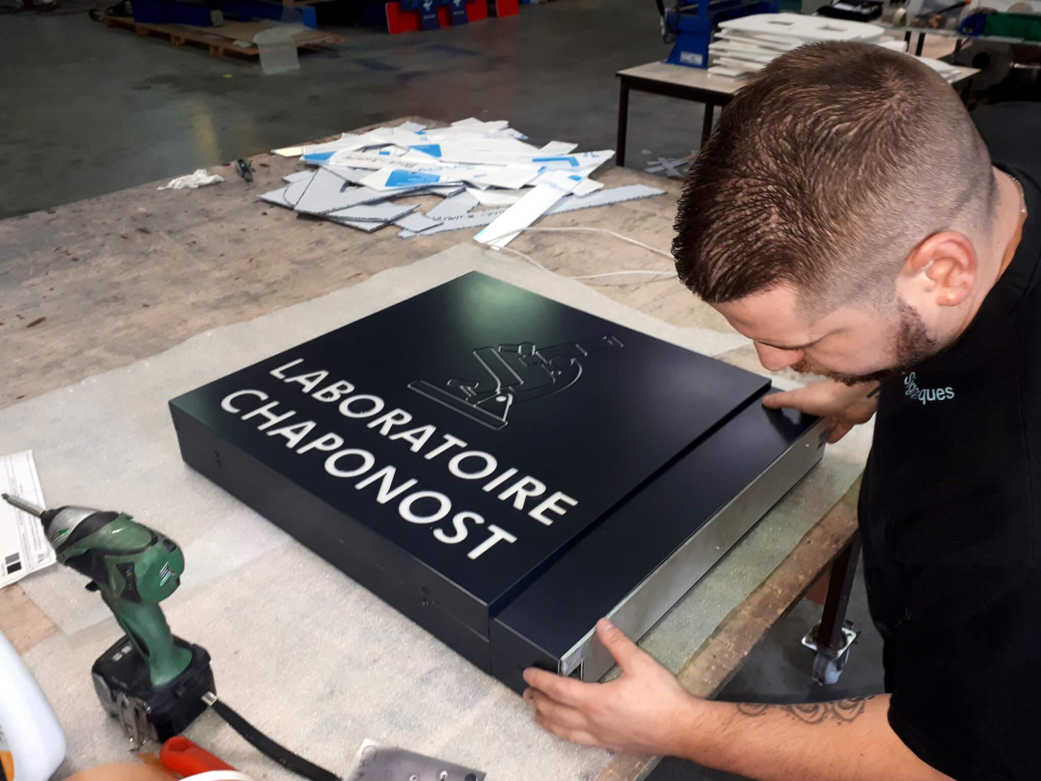 Fabrication Enseignes lumineuses Lyon - Face ajourée enseigne - SES Grigny- Rhône