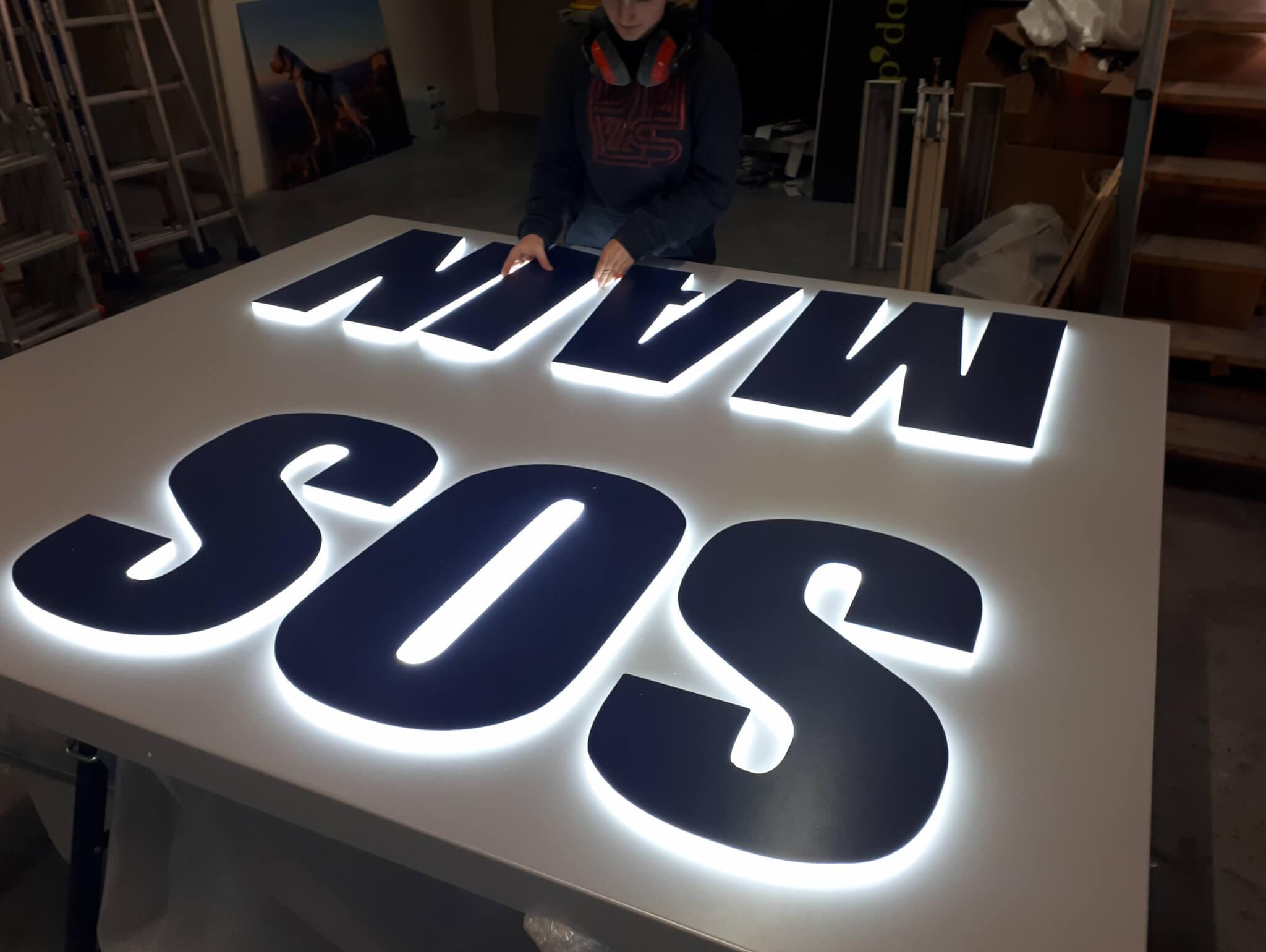 Votre enseigne bloc led à Lyon - Fabrication enseigne lumineuse led - SES Grigny - Rhône - Fabricant d'enseignes