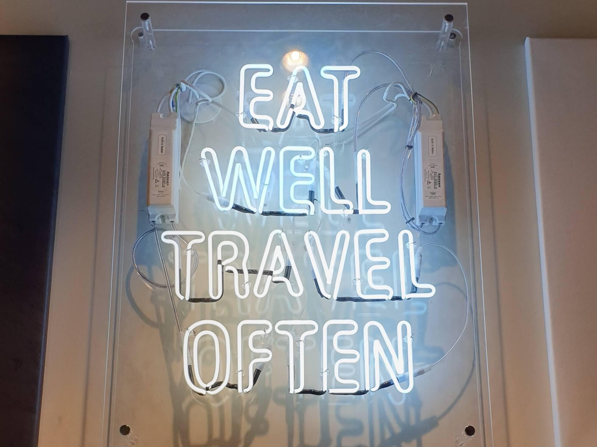 Enseigne néon Restaurant Woko -SES Grigny Lyon . Fabriquant et installateur d'enseignes dans le Rhône
