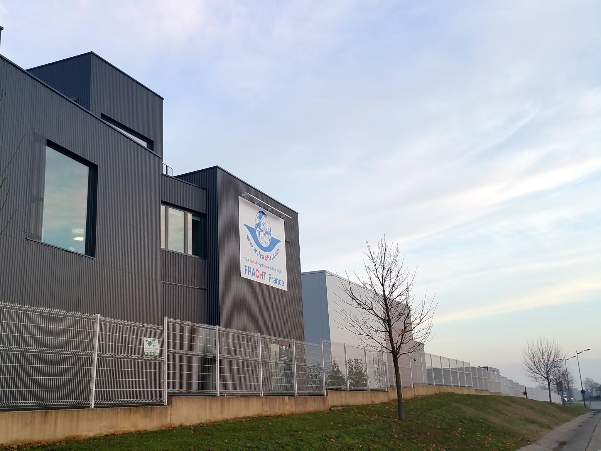 Enseigne et rampe lumineuse Colombier Saugnieu Enseigne Bâtiment Industriel Fracht SES Grigny Lyon fabrication et installation d'enseignes