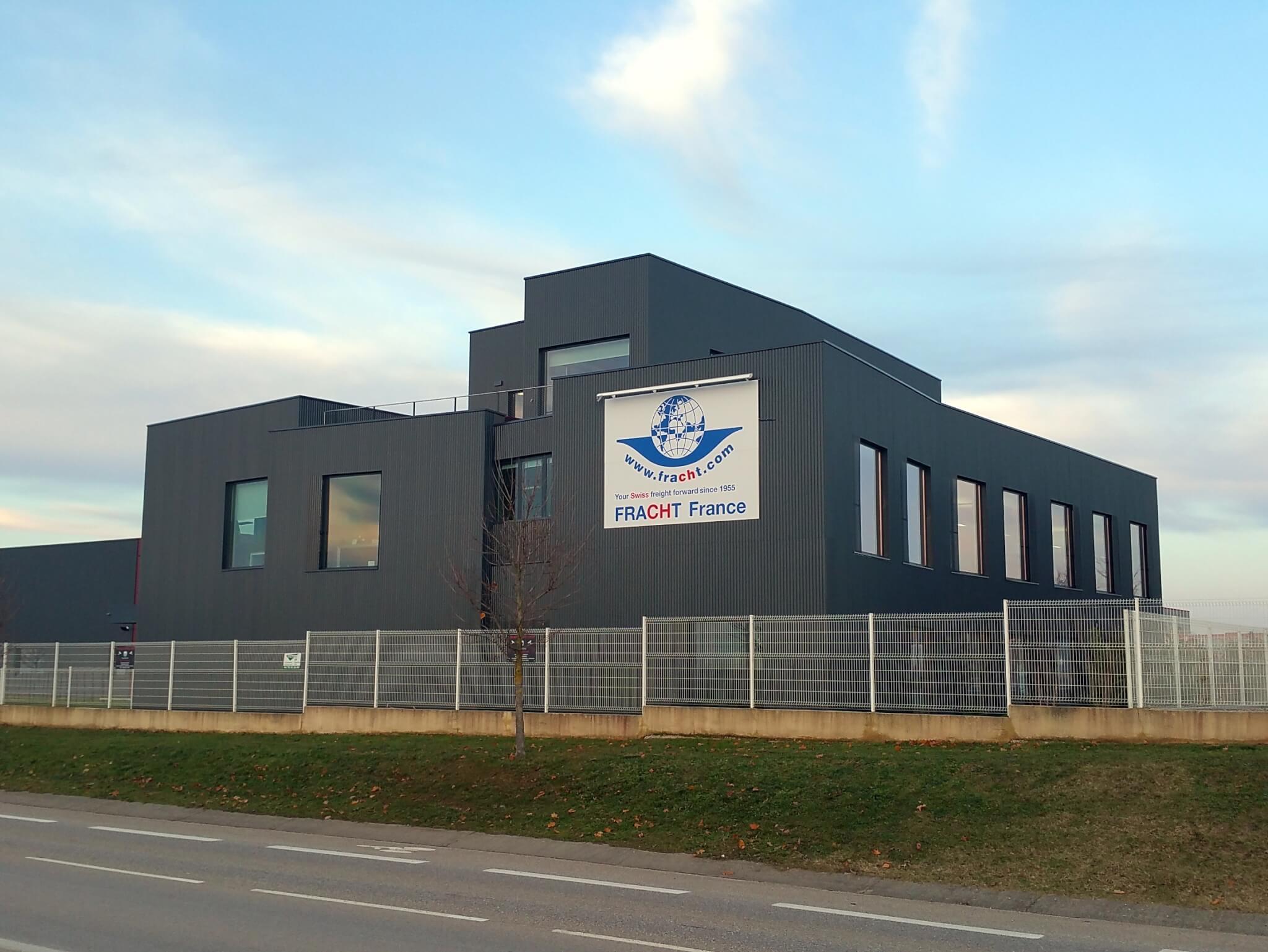 Vos enseignes à Lyon -Enseigne panneau et rampe lumineuse pour Batiment Industriel Lyon Saint Exupery par SES Enseigniste Grigny Lyon