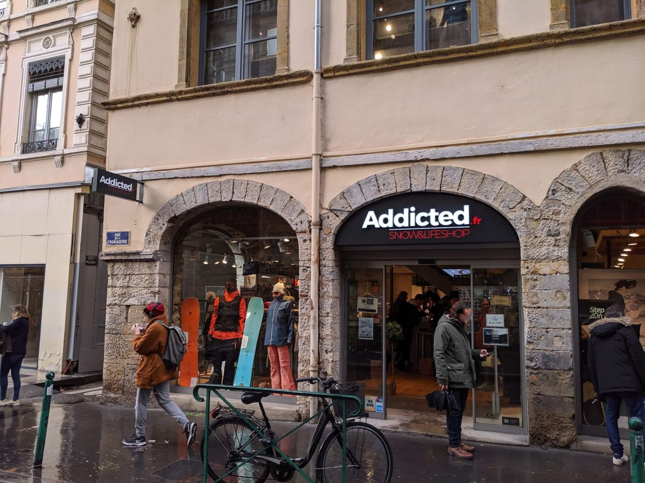 Enseigne Drapeau et caisson lumineux led Addicted Lyon
